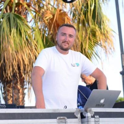 Zoom sur le métier d'animateur en club de vacances, interview de Chris en Sicile - 30 08 2021 - StereoChic Radio cover