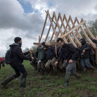 image Raoul, charpentier et soutien de la Zad, aide à la construction d'une halle.