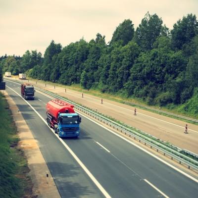 """Voitures et camions : comment améliorer notre """"cohabitation"""" ? cover"""