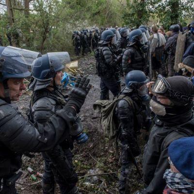 image La Fanfare Invisible chante dans Le Bois De Rohanne, face aux gendarmes.