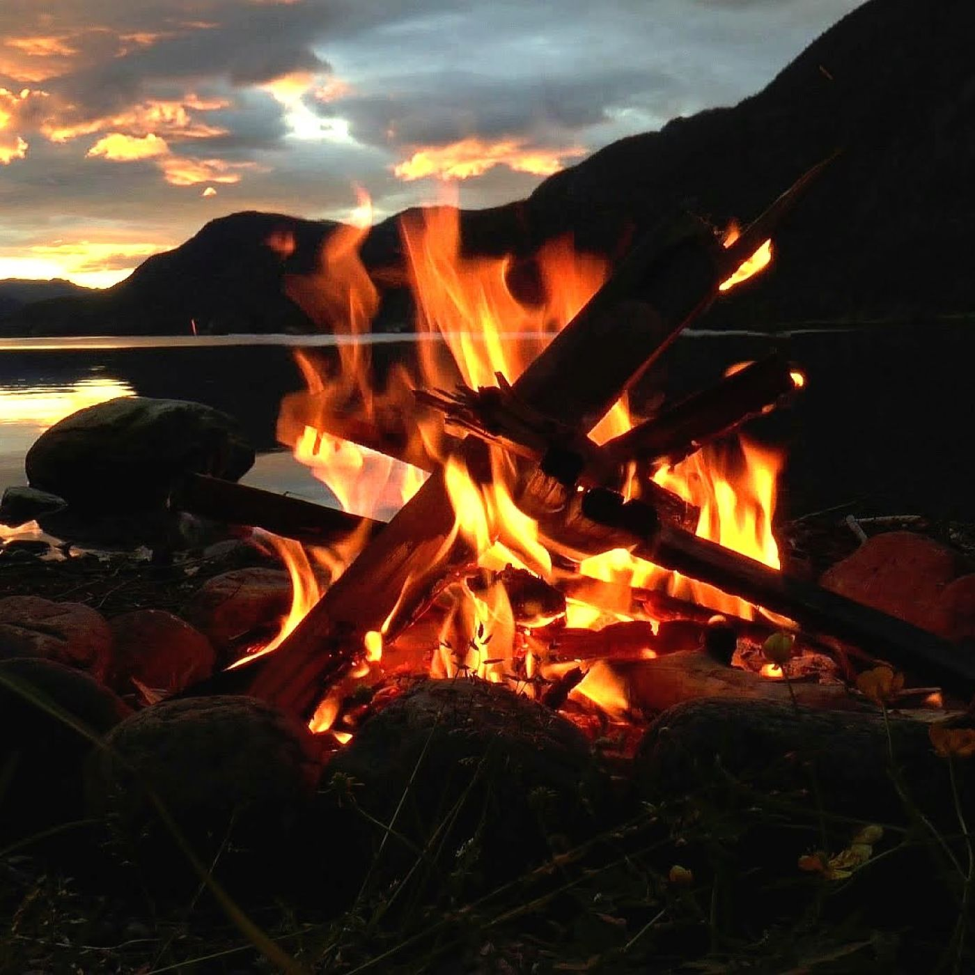 Lakeside Campfire Crackling Fire with Relaxing Nature Night Sounds