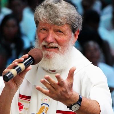 Père Pedro Opeka – PourAkamasoa, la pauvreté n'est pas une fatalité cover