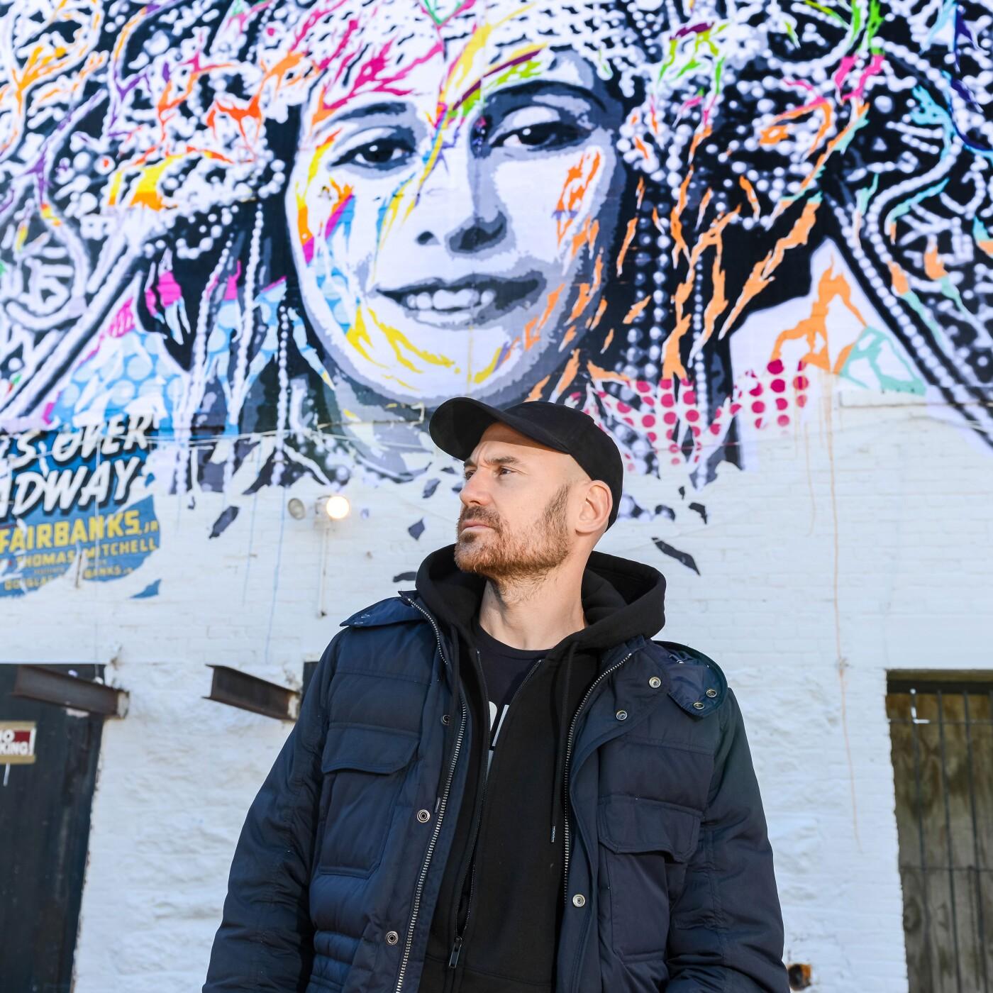 Jo Di Bona, artiste grapheur international, qui a peint la façade Rue de Verneuil - 15 10 2021 - StereoChic Radio