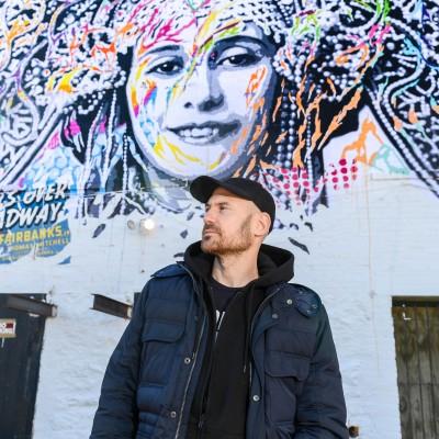 Jo Di Bona, artiste grapheur international, qui a peint la façade Rue de Verneuil - 15 10 2021 - StereoChic Radio cover