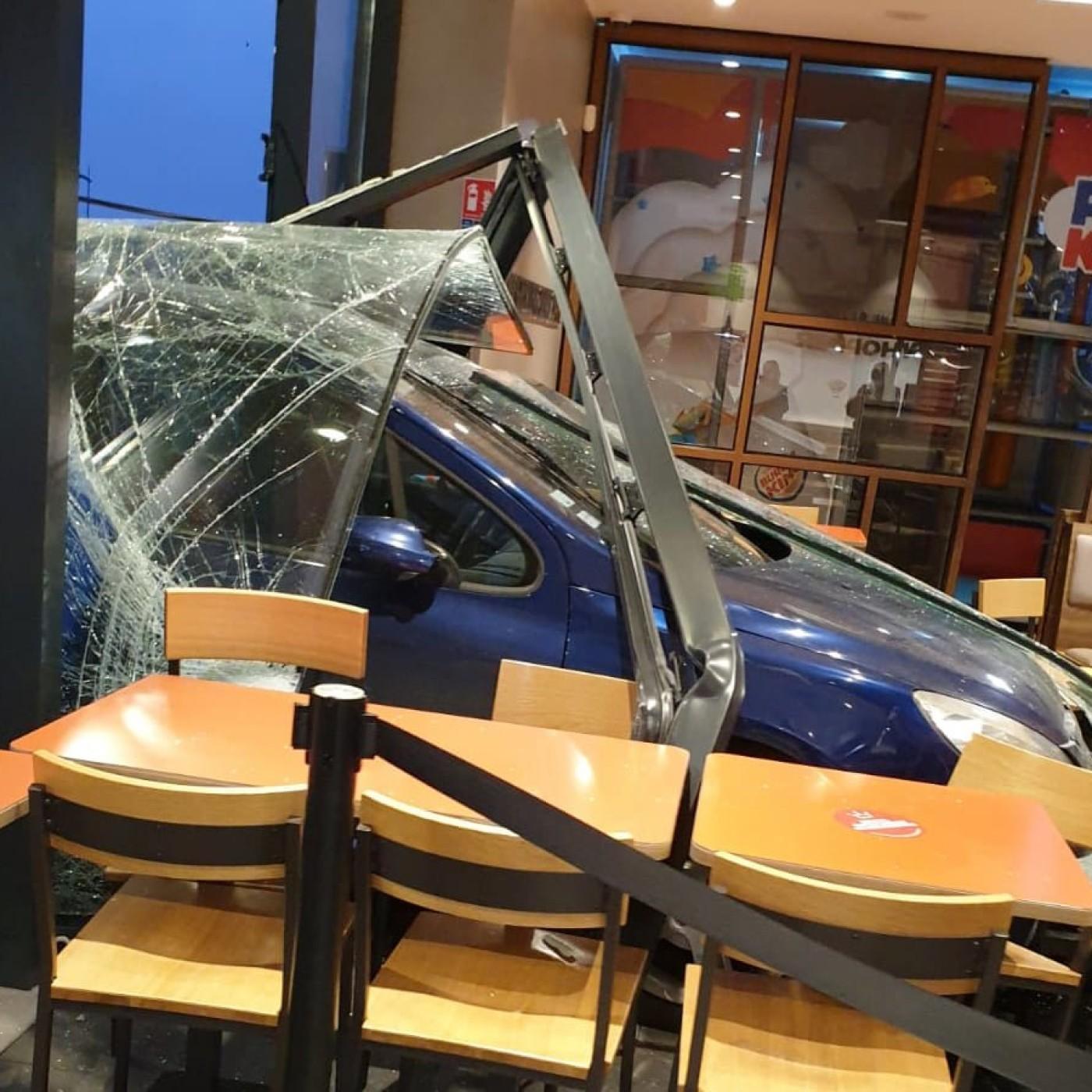 Affamé, il rentre dans le Burger King avec sa voiture ?