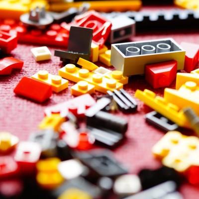 Des LEGO... pour aider les plus vulnérables ! cover